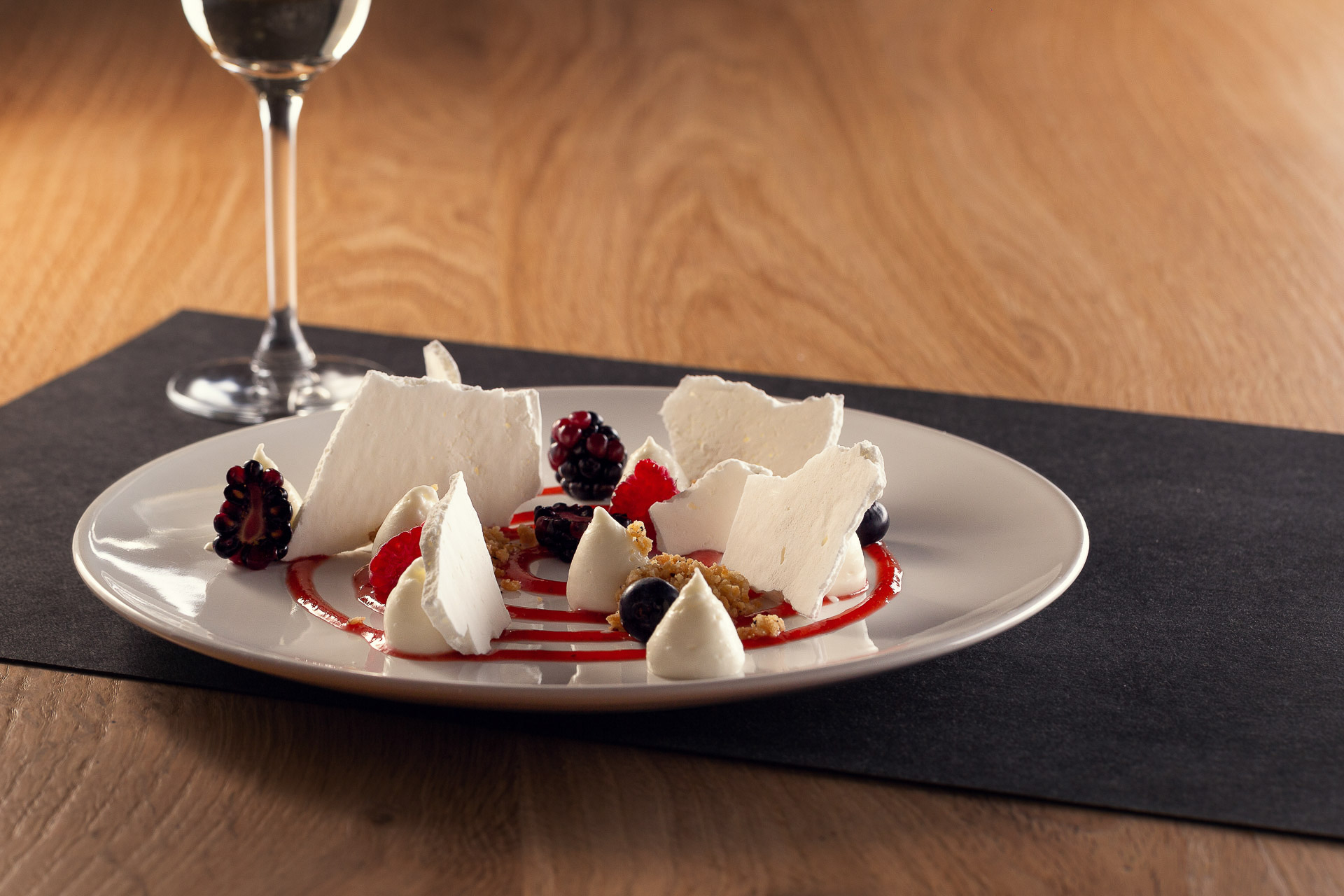 Mousse di Yogurt Ferrero, meringa, mandorle e frutti rossi